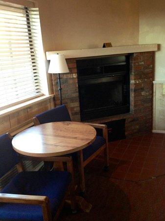 Sky Ranch Lodge: Fireplace