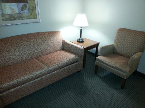 Comfort Suites Coralville: Sitting area in room