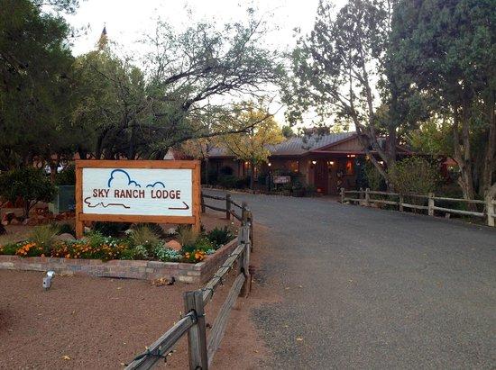 Sky Ranch Lodge : Lobby & Grounds