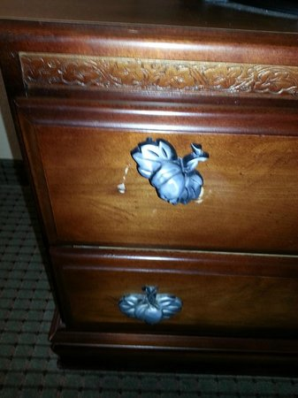 Comfort Suites Coralville: Broken knob on dresser