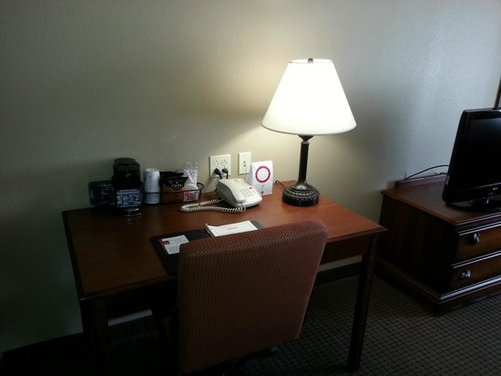 Comfort Suites Coralville : Desk area