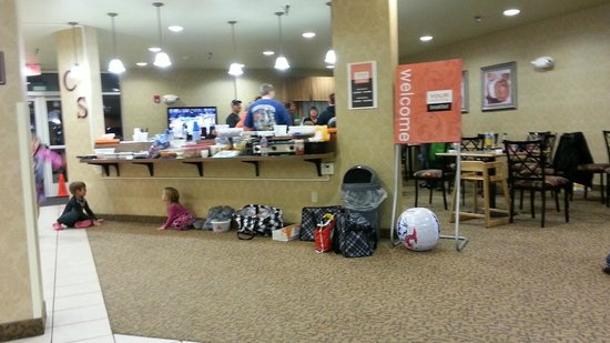 Comfort Suites Coralville : Party in lobby