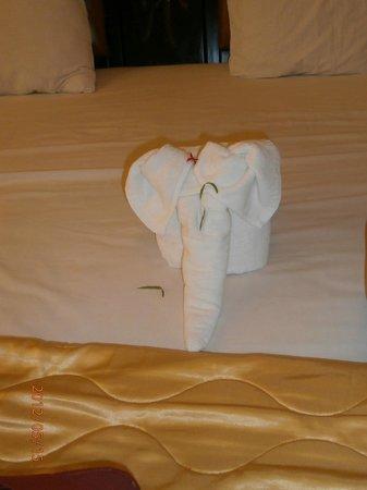 Indochine Hotel: вот такой слоник ждал нас в номере по приезду