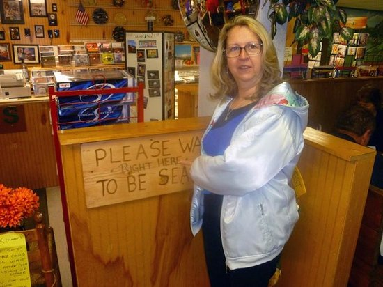Genny's Restaurant: They let you know EXACTLY where to wait