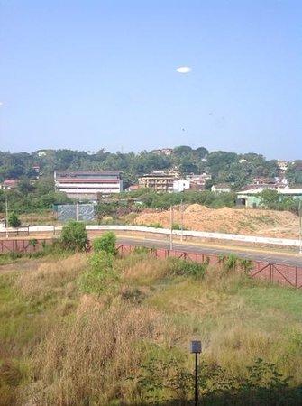 โรงแรมจิงเจอร์ กัว: dumping ground behind hotel