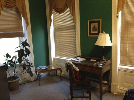 Napoleon's Retreat Bed & Breakfast: Corner of Room