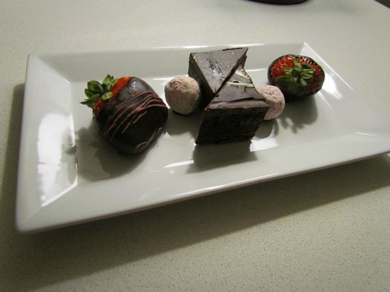 Delta Hotels by Marriott Grand Okanagan Resort: Complimentary dessert plate I received as a surprise