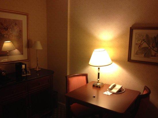 Churchill Hotel Near Embassy Row: интерьер гостинной