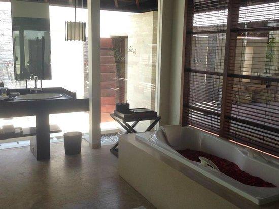 The Royal Santrian, Luxury Beach Villas: bathroon