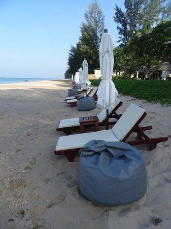 Layana Resort and Spa: Lounging by the pool