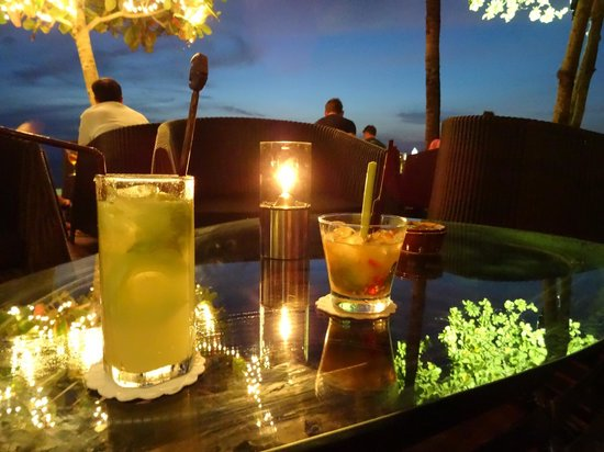 Layana Resort and Spa: Cocktails at the bar just after sunset