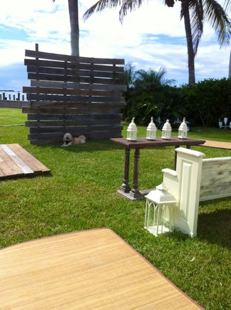 Tarpon Lodge & Restaurant: On the lawn for a wedding ... and a walk on the docks with my dog!