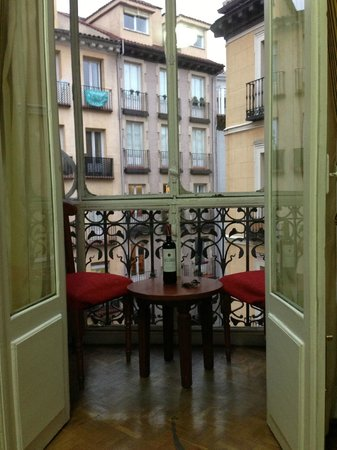 Hostal la Macarena: The balcony was a nice place to simply enjoy a glass of wine and people watch.