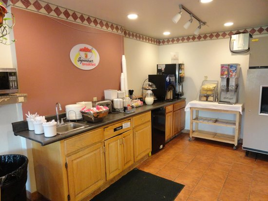 Super 8 Motel - Pittsburg/Monroeville: Self serve continental breakfast station.