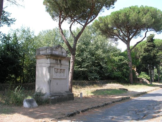 Parco Regionale dell'Appia Antica: Ancient tombs