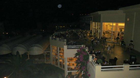 Lindos Royal Hotel : Вечерняя веранда рядом с баром