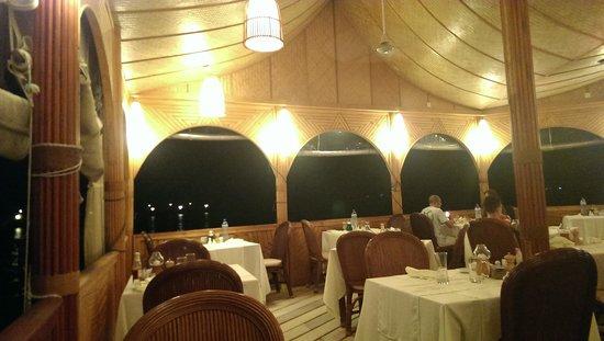 Thulhagiri Island Resort : 食事はここで、リゾート感たっぷり