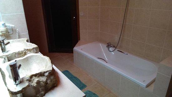 Thulhagiri Island Resort : 洗面も二つあり、バスタブと別に奥にはシャワースペースも