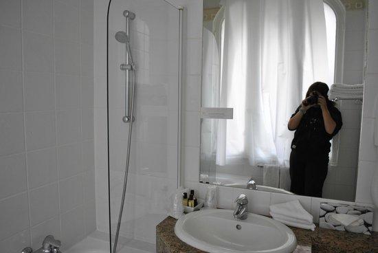 Hotel Elysees Union: Baño, parte ducha