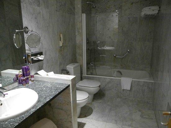 Parador de Cardona : Nice bathroom
