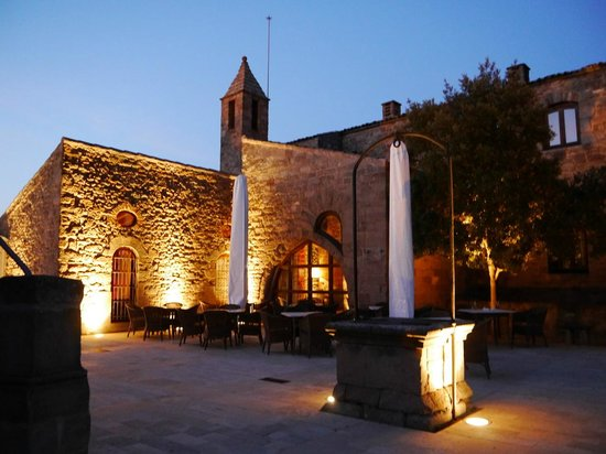Parador de Cardona: Restaurant/bar outside