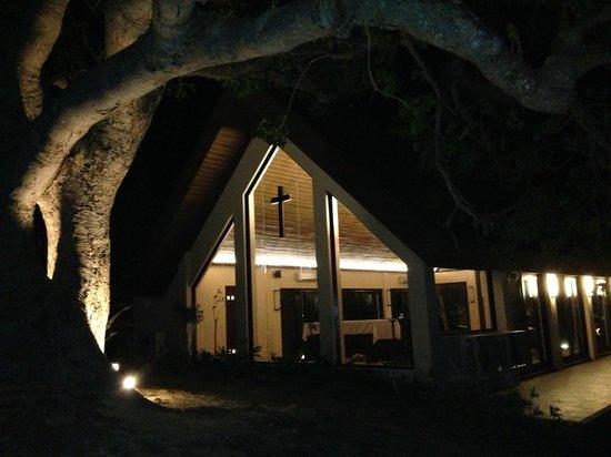 Two Seasons Coron Island Resort & Spa : 夜晚時分燈光照明很有設計感