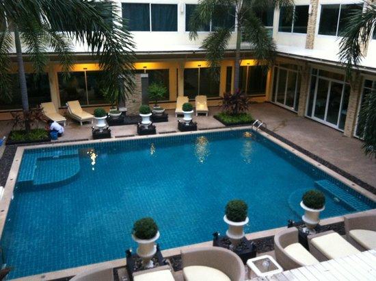 Qiu Hotel Sukhumvit: 部屋の前の通路からの眺め