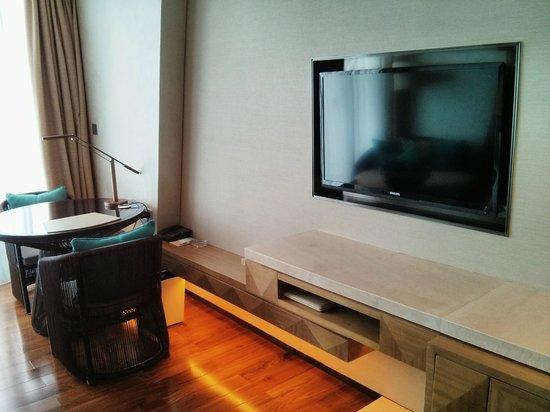 The Westin Sanya Haitang Bay Resort: TV + desk