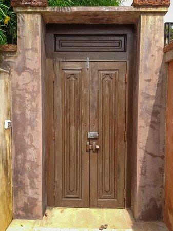 Alanta Villa: дверь)