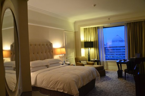 Four Seasons Hotel Singapore: Room - from another angle