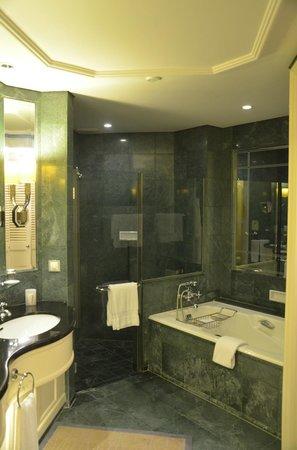 Four Seasons Hotel Singapore: Bathroom