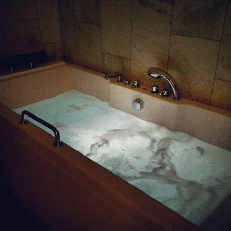 Mainport Hotel : Bubble bath in the room