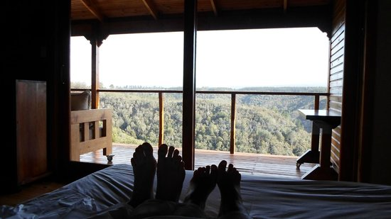 Cliffhanger Cottages: Spectacular view from the bed