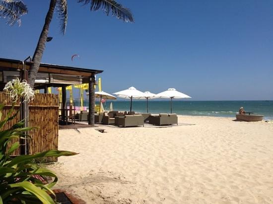 Bamboo Village Beach Resort & Spa: пляж и тут же ресторан отеля :)