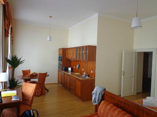 City Apartment: cuisine salle à manger