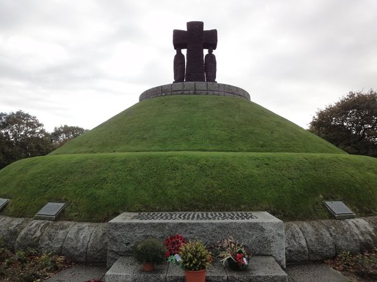 German Cemetery La Cambe: Monumento 2