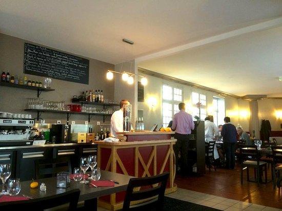 Le Bistrot N'home: le bar et la salle