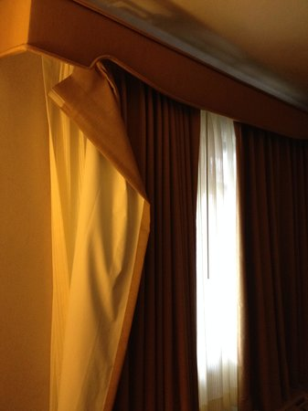 City Center Inn & Suites - San Francisco: Curtains not even on hinges