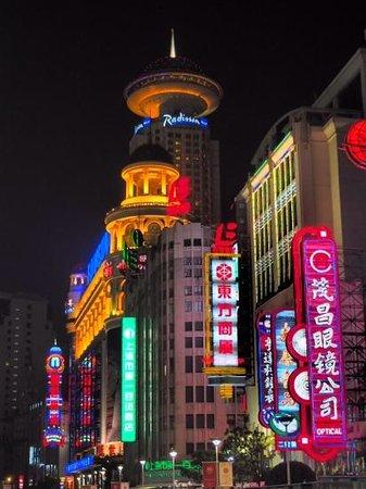 Radisson Blu Hotel Shanghai New World: un restau qui tourne dans la plateforme superieure...la classe !!!