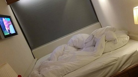 citizenM Schiphol Airport: Reaaalllly big bed :) Very comfy.