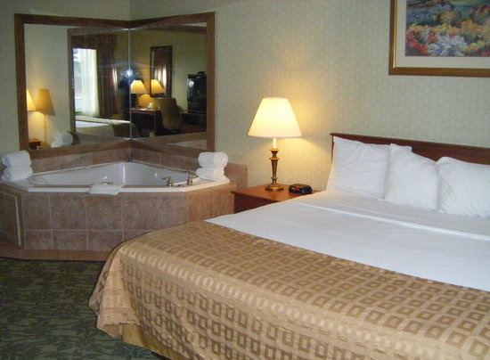Baymont Inn Grand Rapids N/Walker: King Jacuzzi Suite