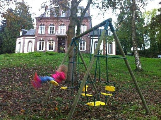 Mijn dochter (5) in de grote tuin van La Ferme en Ville.