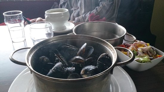 The Pier Head: Mussels in traditional pot in Pier Head Kinvara