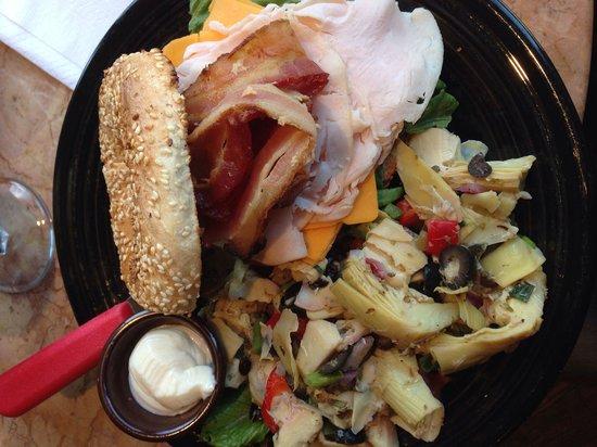 St-Viateur Bagel & Cafe : Bacon, cheddar, poulet, cream cheese, accompagnement salade d'artichauts