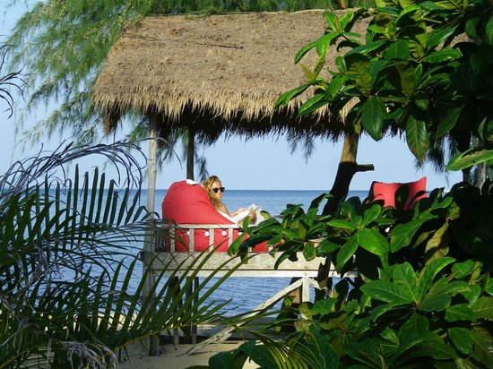 """Marjoly Beach Resort : abris sur pilotis pour """"buller"""" sur la plage"""