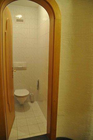 Hotel Trattlerhof: seperates WC (nach Zimmertausch)