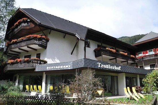 Hotel Trattlerhof: Blick auf unser Zimmer seitlich vom Bach