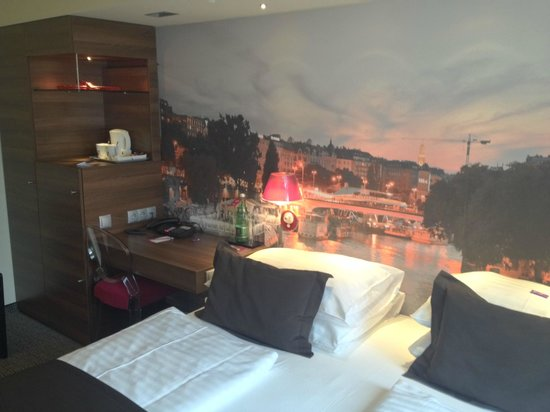 Mercure Wien City: Room 305 - Bed and working desk