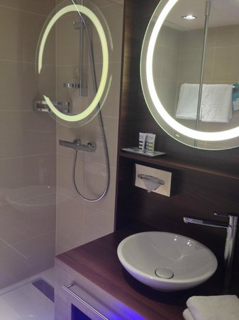 Mercure Wien City: Room 305 - Washing basin and shower