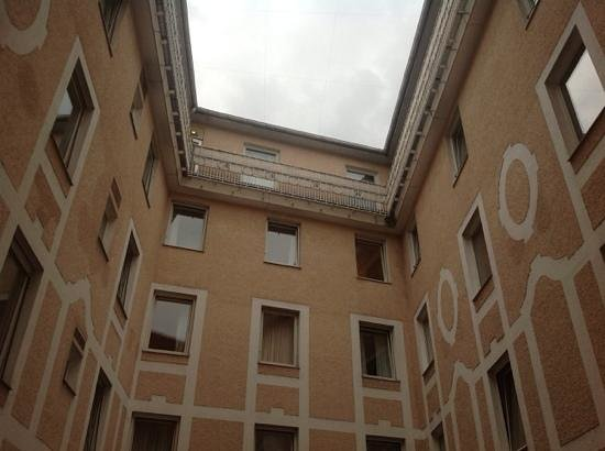 Hotel Excelsior: вид из окна во двор (тишина)